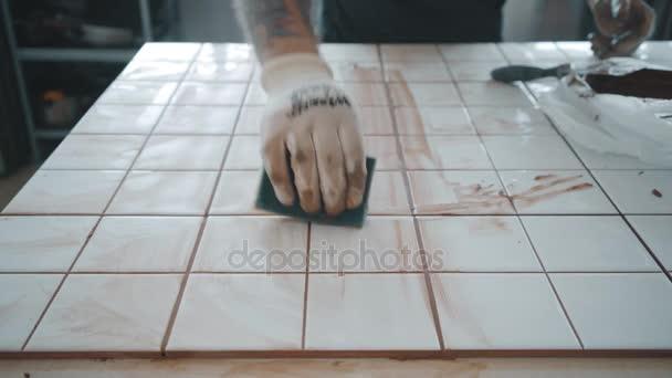 Uomo tatuato si applica piastrelle di ceramica il set da tavola ...