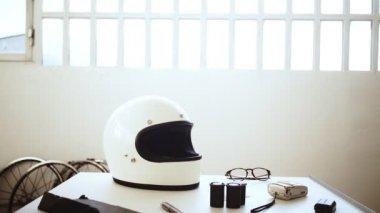 Pár nosí své motocyklové přilby