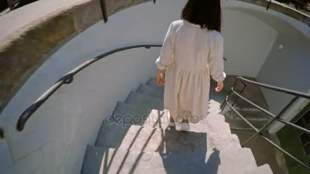 Krásná brunetka běží na schody