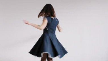 Dívka tančí v prázdné místnosti