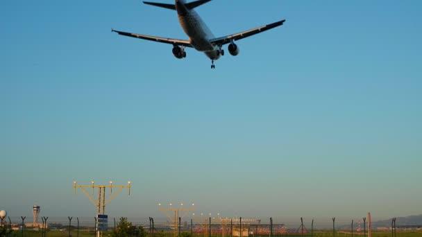 Přistání letadla a vzlétá na letišti