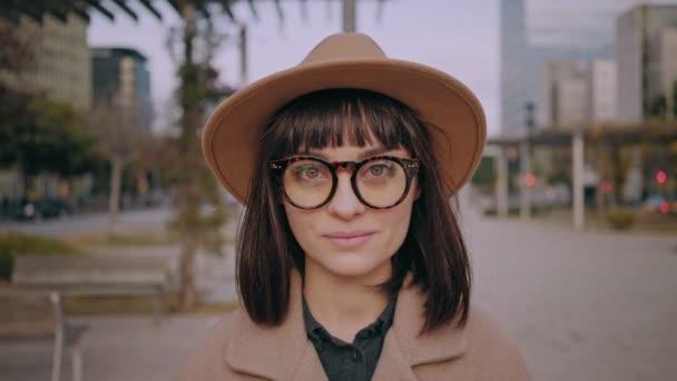 Atraktivní bruneta holka chodí na městských ulicích