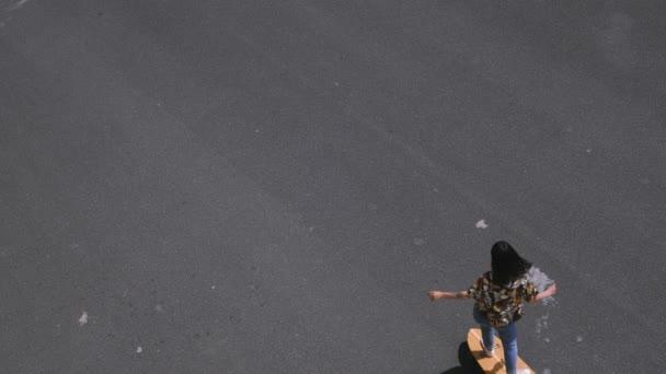 Niedliche Mädchen auf einem longboard