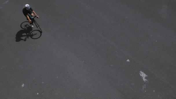 Ženské silniční cyklista na ulici