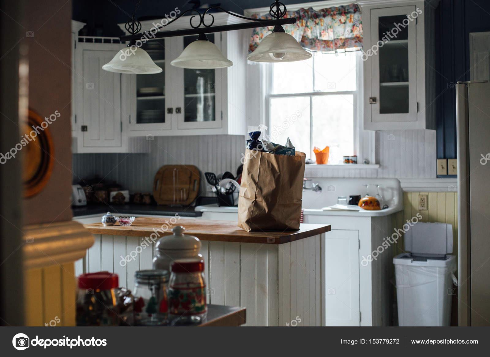 Handwerker-Papiertüte mit Lebensmittel im weißen Küche ...