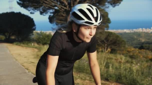 Ženské silniční cyklista v západu slunce