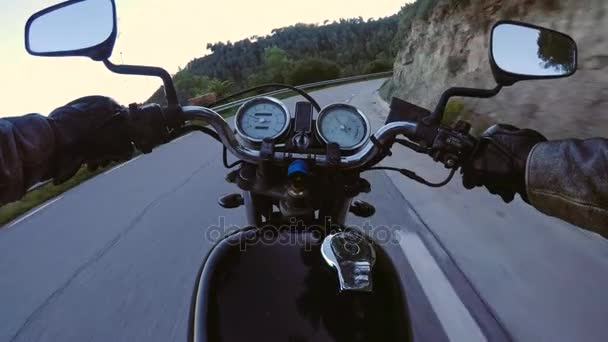 POV motocykl na koni přes sunset road