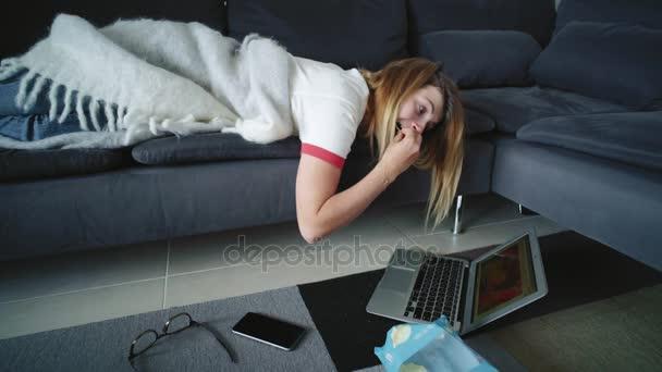 Faul Teen liegt auf Sofa und scrollen Netzwerk