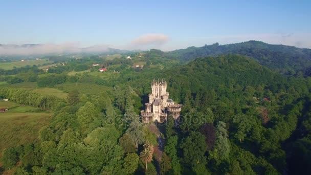 Drone felvétel erdőben rejtett mágikus várat
