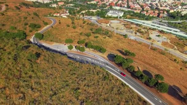 Drohne Aufnahmen von Bergstraßen mit Autos