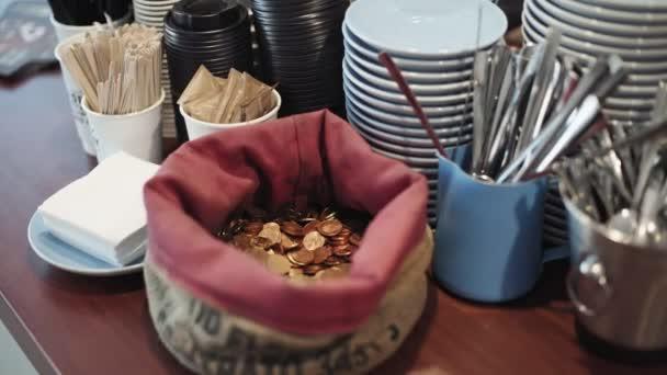 Női kéz ad változást, tip a café