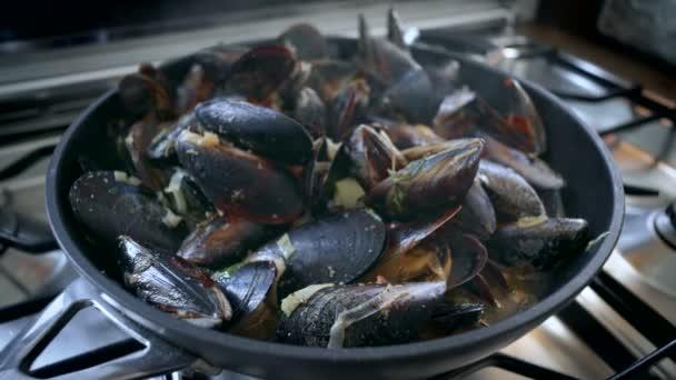 Zubereitung von Gericht mit Meeresfrüchten leckere Muscheln