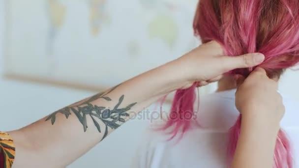 Přítel dělá COP dívce s růžovými vlasy