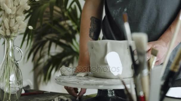 Künstler der Keramik macht Loch