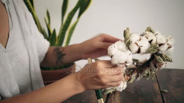 Zblízka ženské ruce práce na bavlnu věnec