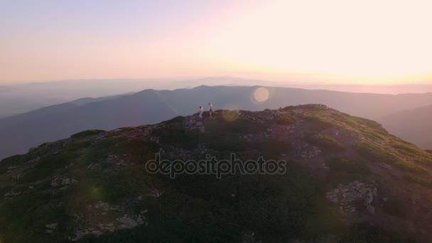 Letecký snímek sestupné horské turisty