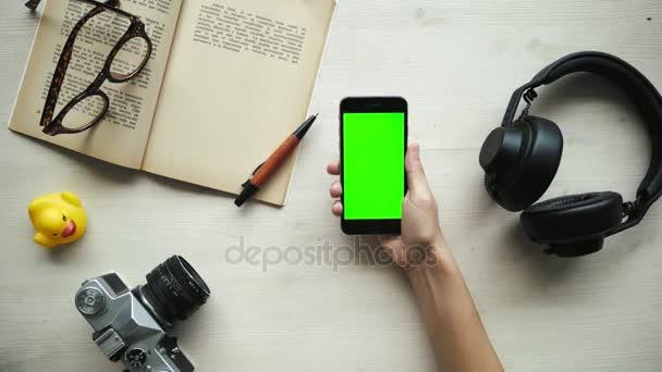 Mani usare telefono con schermi della chiave differivano chroma - rossi, blu, verde
