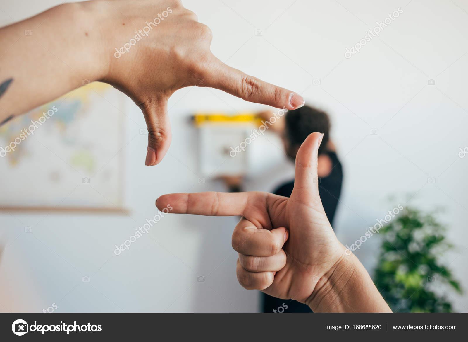 Frau umrahmen das Foto mit den Fingern — Stockfoto © derepente ...