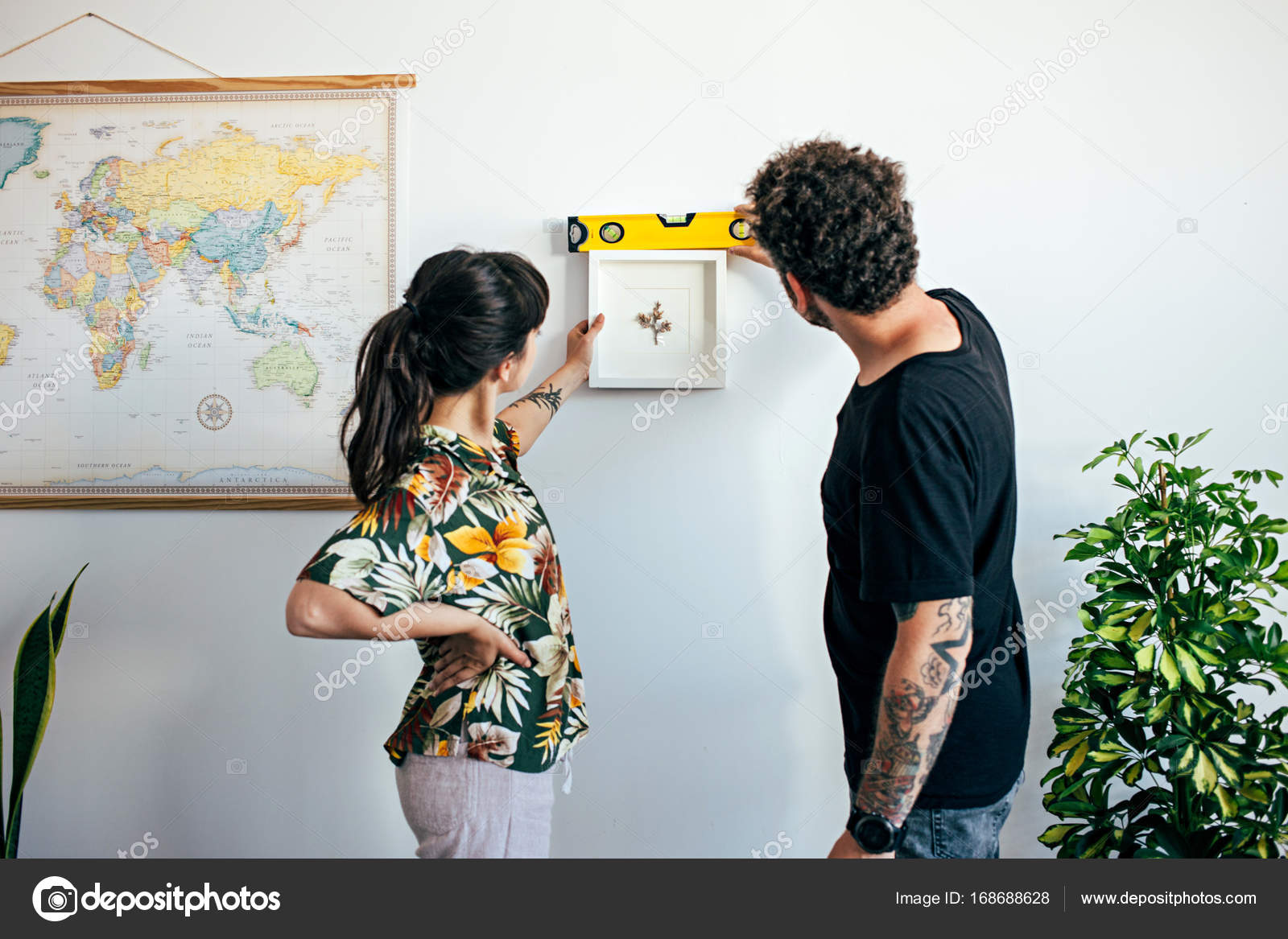 woman and boyfriend hang frame — Stock Photo © derepente #168688628