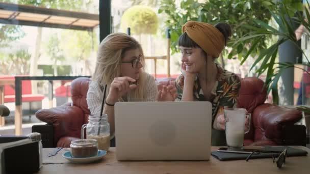 Üzleti bemutató és barátja tárgyalások kávézó üzlet