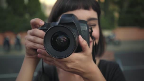 junges lächelndes Mädchen mit Kamera