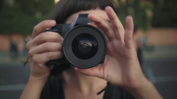 Lächelndes Mädchen mit Kamera