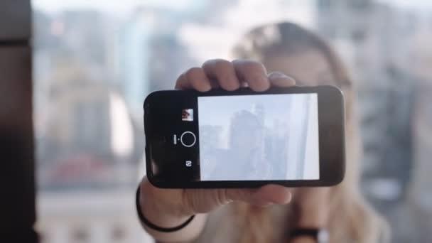 Hipster blogger turistico rende selfie con telefono