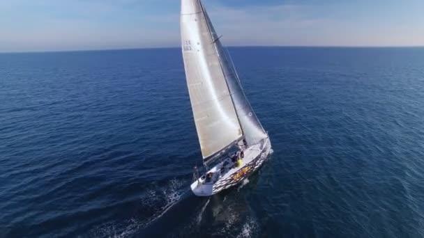 Epické dron záběry Závodní jachtu nebo saiboat