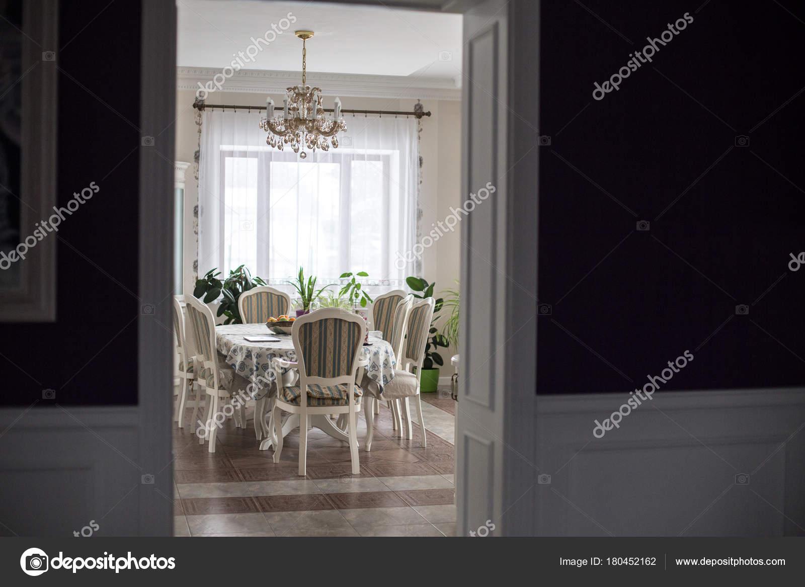 Uitzicht glamoureuze ingericht indoor woonkamer met luxe eettafel