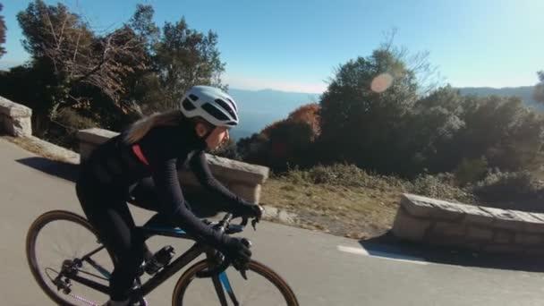 Dívka jezdí na kole v horách