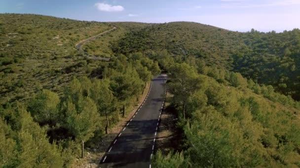 Vzdušný záběr scenérie přírody krajiny s malou silnici