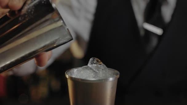 Bartender mutatja a művészet mixind italok