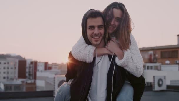 Ezeréves pár jó szórakozást a naplemente tetőtéri