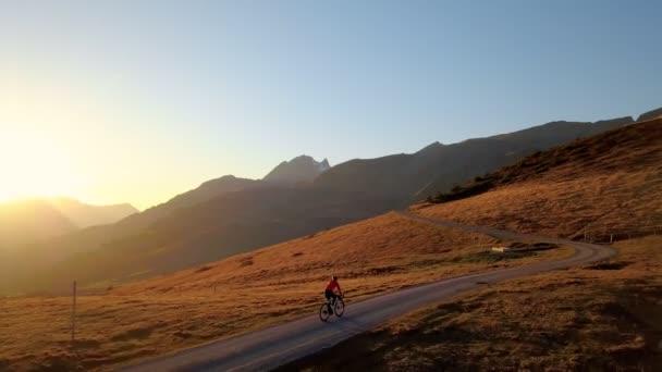 Neuvěřitelný epický západ slunce jízda na kole v horách