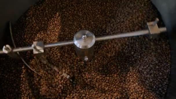 Pražení kávy v malé pražírně