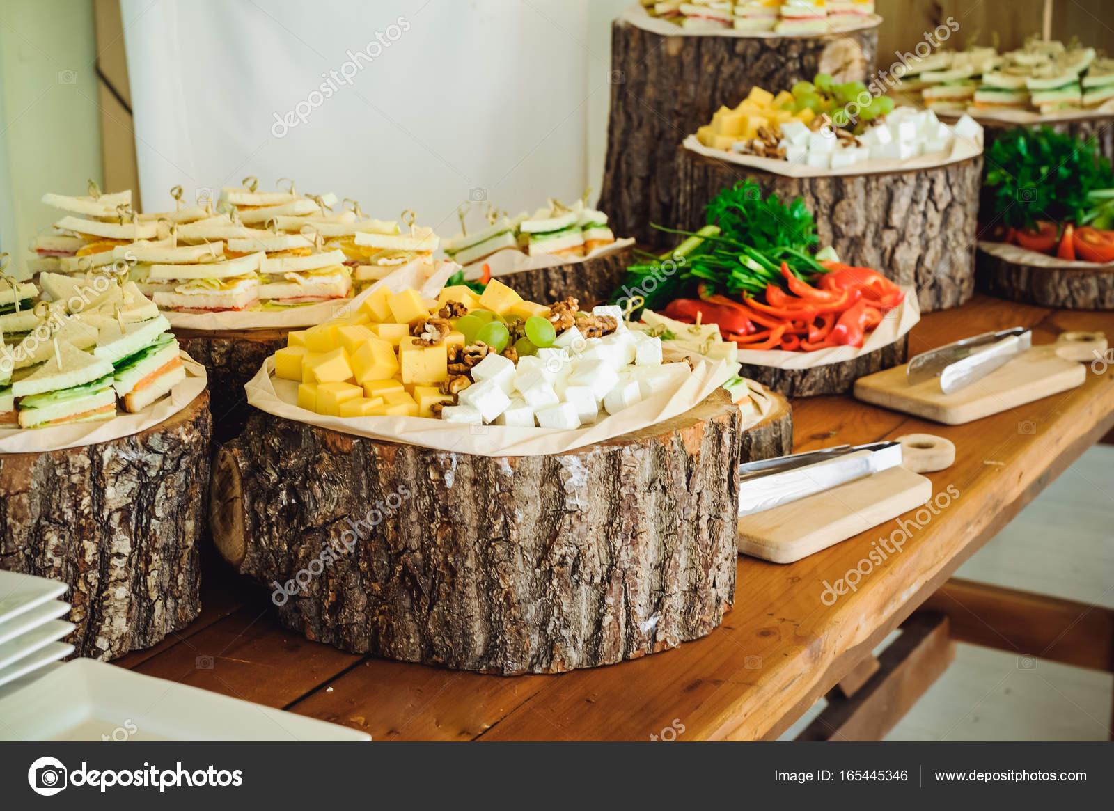 Buffet Rustico Matrimonio : Mesa buffet catering exterior com uma comida deliciosa