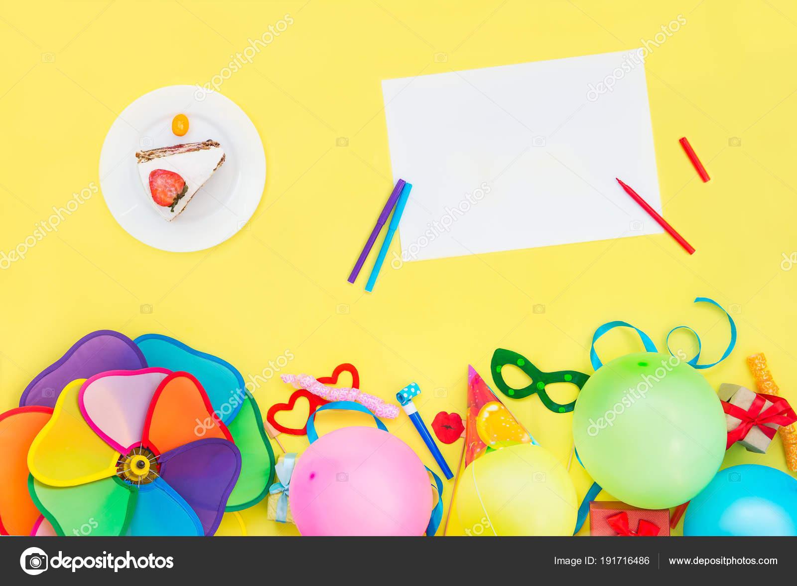 98ca04ce10158 Fondo amarillo brillante con torta festiva