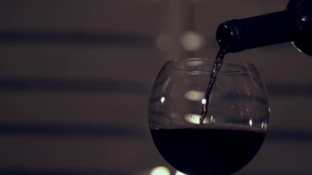 Szakadó vörös bor, a lassú mozgás