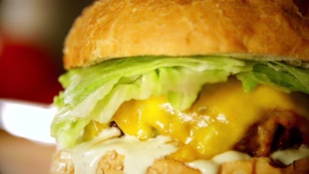 Vyplněné burger v pomalém pohybu