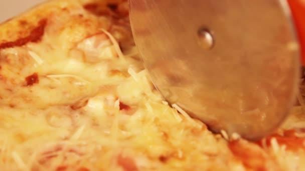 Řezací pizza v pomalém pohybu