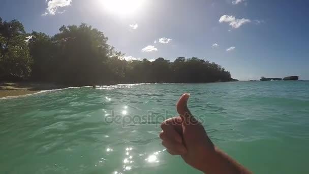 Zobrazeno palce nahoru přes krásný Tropical Beach