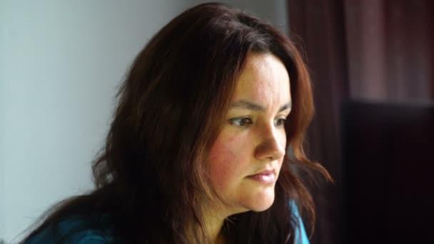 natürliche Schönheit brünette Frau vor dem Computer suchen, um mit geheimnisvollem Ausdruck Untersuchung zu überwachen
