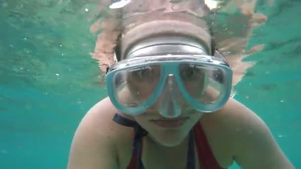 lustig verängstigte frau schnorcheln in maske unter wasser, sommerspaß wassersport in bali indonesien