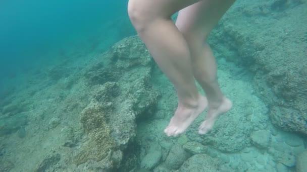 krásné nohy pod vodou blízko přistoupil zpomalené, letní radovánky dovolená koncept