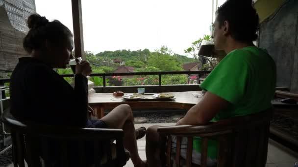 Feliz Par Desayunar En La Terraza De La Isla Indonesia De Bali Fondo Maravillosa Familia Sentado En Un Balcón Vacaciones Vacaciones