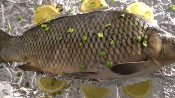 a fólia pácolt zöldségek és egészséges élelmiszer citrom jó diéta ízletes omega-3 fish ponty várakozás grill étteremben