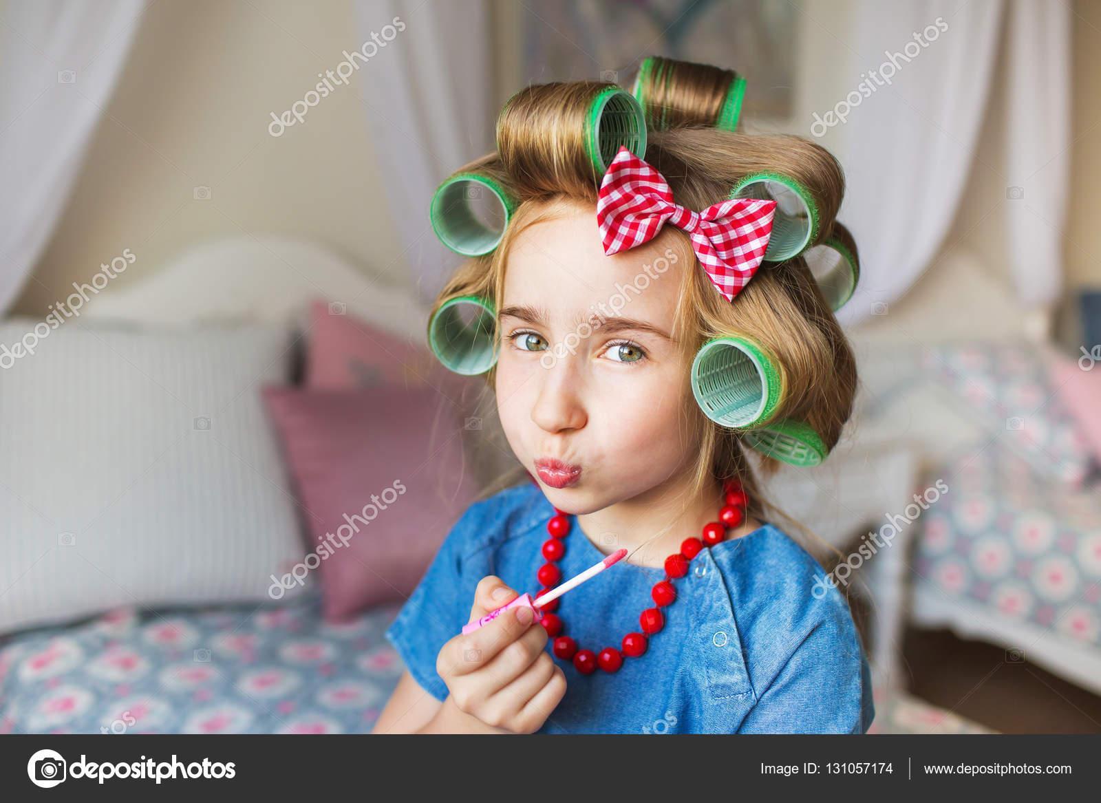 Ritratto Di Bambina Graziosa Con Un Bigodini E Rossetto A Portata Di