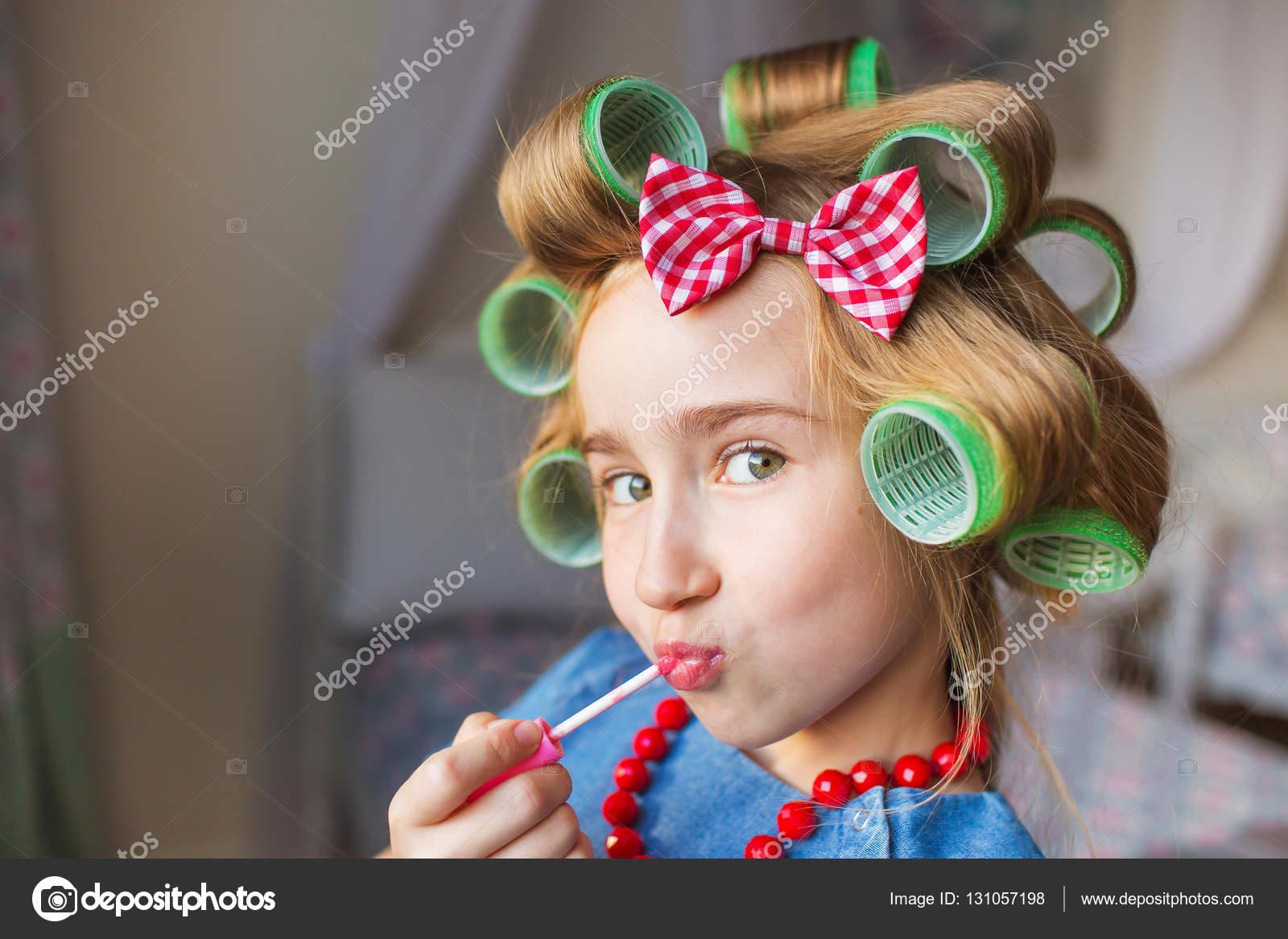 Ritratto Di Bambina Divertente Con Un Bigodini E Rossetto A Portata