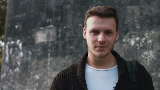 Boldog aranyos kaukázusi ember a város valódi emberek sorozat mosolyogva lassított portréja