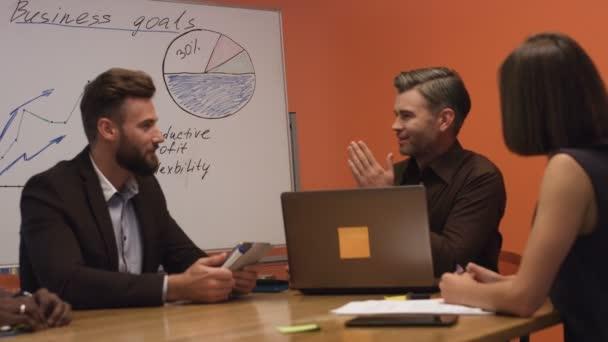 S úsměvem businesspartners diskuse o úspěch svého nového projektu.
